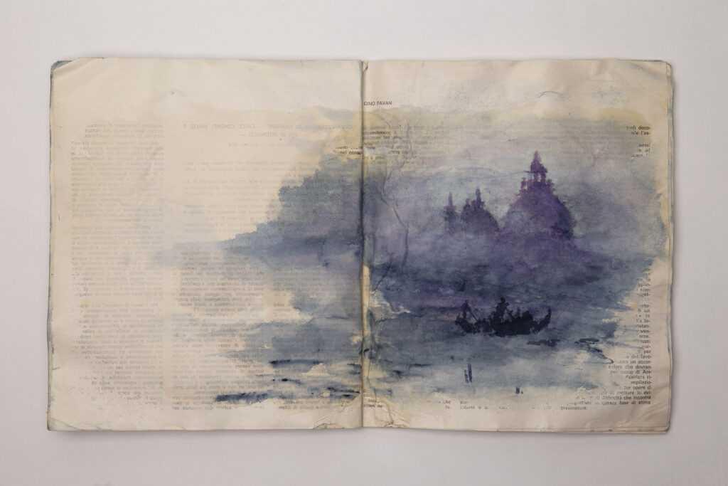 libri contro corrente: i libri sommersi dall'acqua alta diventano opere d'arte